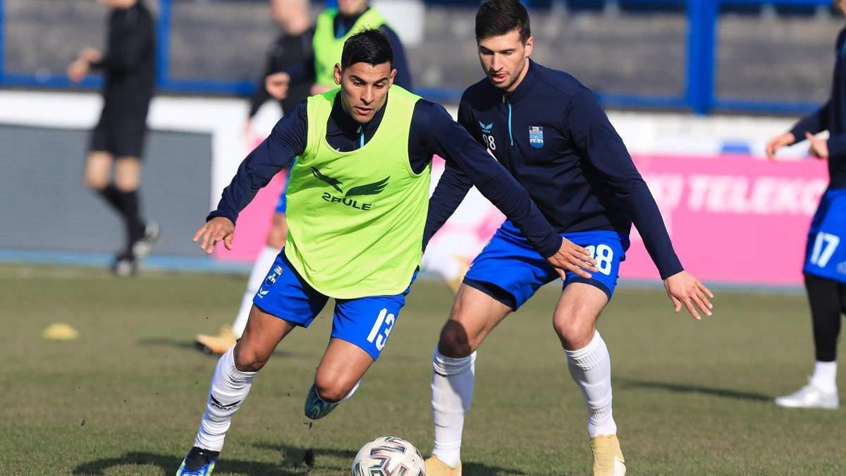 Чеберко (справа) на предматчевой тренировке