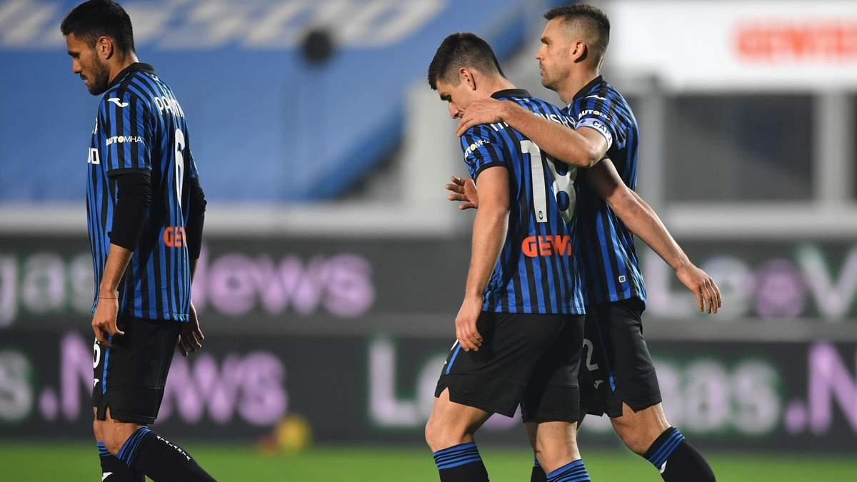 Малиновский и Рафаэль Толои покидают поле после матча с Наполи