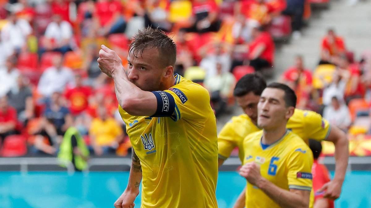 В папиной футболке и с украинским флагом – сын Ярмоленко поддерживает сборную: милое видео