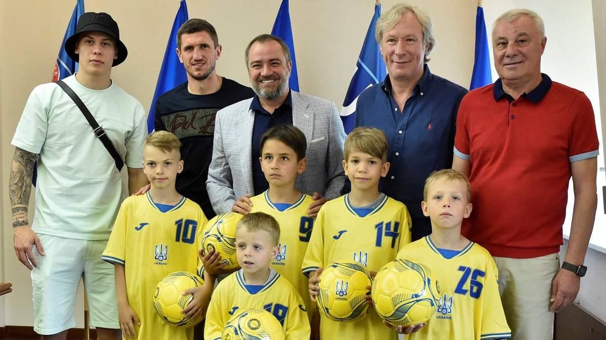 Встреча с кумирами – маленькие футболисты, исполнявшие гимн, получили награду: милое видео