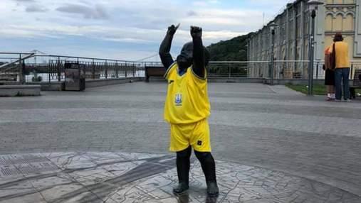 У Києві статуї малюків-засновників одягли у форму збірної: фото